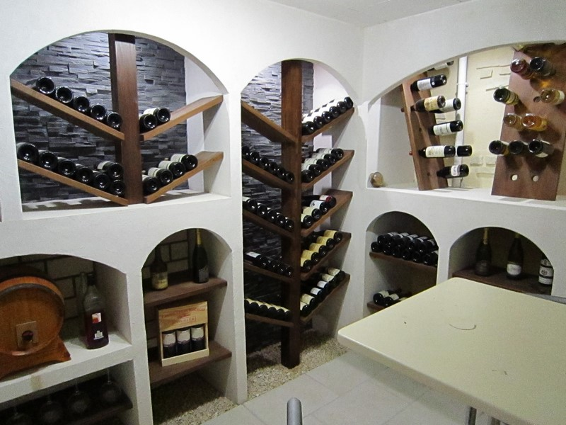 le cin ma chez soi la cave vin. Black Bedroom Furniture Sets. Home Design Ideas